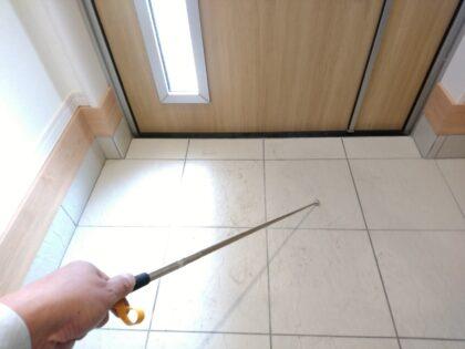 飯田産業 の物件-玄関タイル(内側)を打診棒でチェック