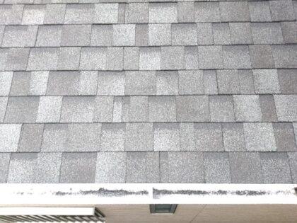 軽量で耐久性の高いアスファルトシングルの屋根材