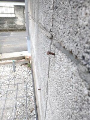 ホークワンの 新築一戸建 - 境界ブロックから釘が飛び出していました。