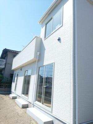飯田産業の新築一戸建て - 1階窓にシャッターがありません。