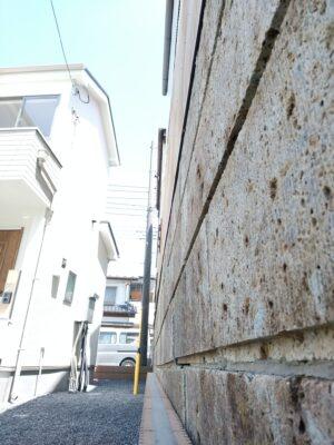飯田産業 の新築一戸建て(那須塩原市) - 雨樋が越境しています。解消する覚書あり。