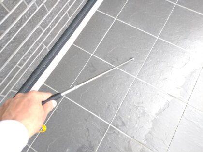 一建設 (久喜市)の 新築一戸建て - 打診棒でタイルの浮きチェック