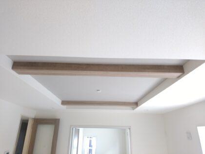 東栄住宅 (松戸市) の新築一戸建てを 建物診断 - 東栄住宅のリビングは必ず 折上天井 となっています。