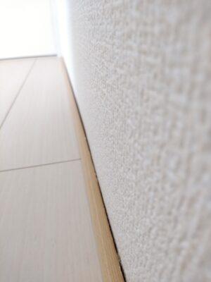 一建設(鴻巣市)の新築一戸建て - 壁と床の隙間
