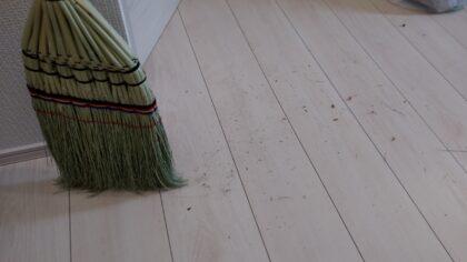 東栄住宅(越谷市)の建物診断 ー 2人で掃き掃除、拭き掃除をします