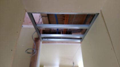 一建設(横須賀市) の 新築一戸建て - 天井は軽量鉄骨が使われています。
