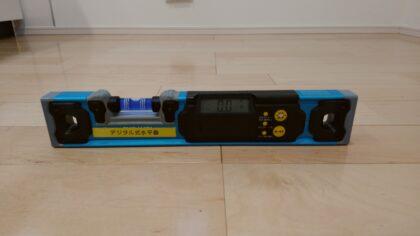 床を水平器で計測