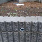 ブロックに囲まれた外構の水抜き穴