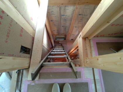 はしごを使って小屋裏まで見学(確認)してきました。